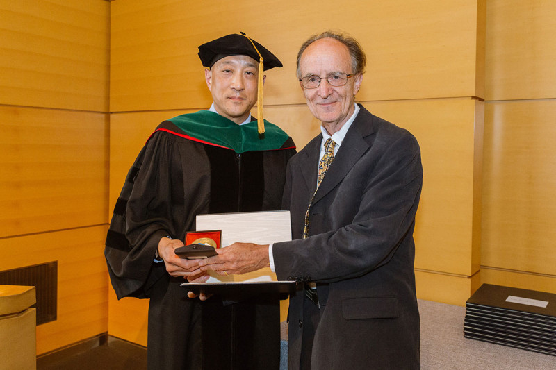 Department of Pediatrics chair Andrew Kung (left) with Melvyn Greaves, recipient of the Society of Memorial Sloan Kettering Prize.