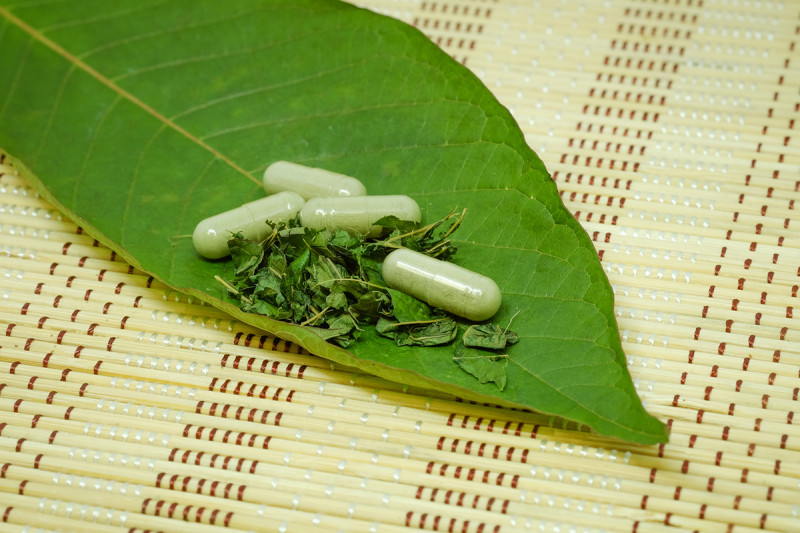 kratom leaves and pill