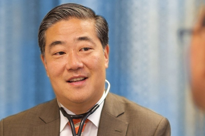 Memorial Sloan Kettering thoracic surgeon Bernard Park looks at CT scans