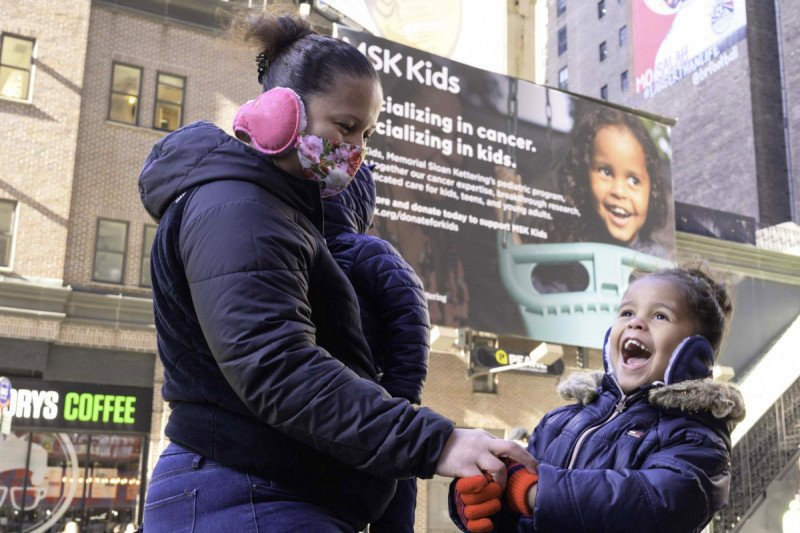 MSK Kid, Rihanna, and her family visit New York City to see her billboard.