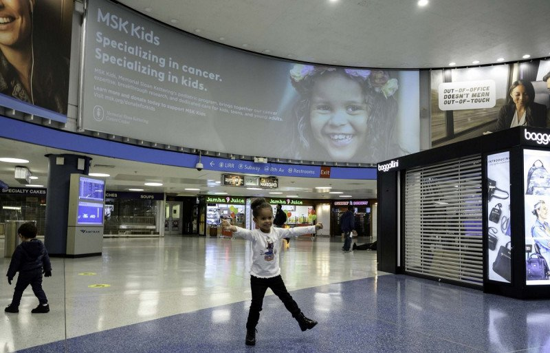 MSK Kid, Rihanna, and her family visit New York City to see her billboard in Penn Station.