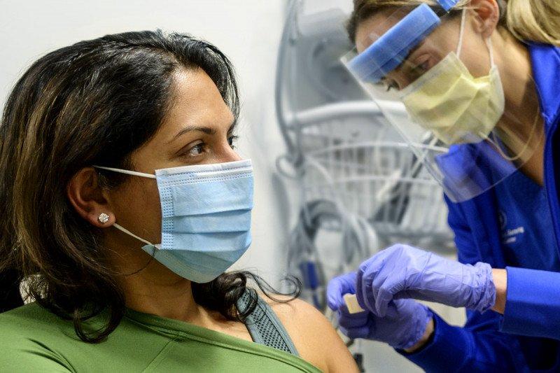 La anestesióloga Anoushka Afonso recibiendo la vacuna contra la COVID-19.