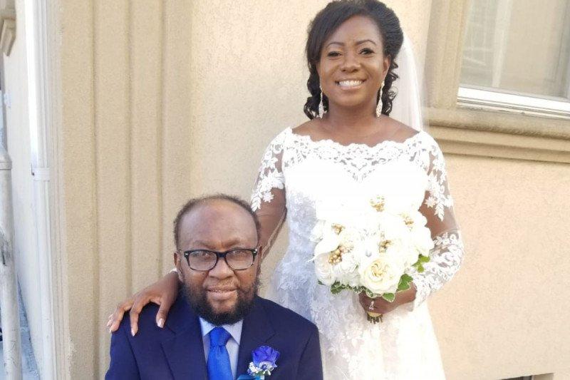 Мужчина сидит рядом со своей дочерью, одетой в свадебное платье