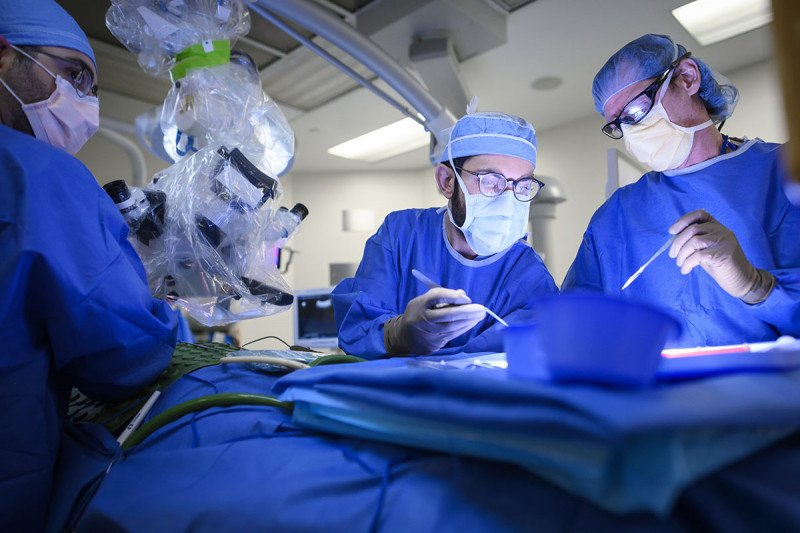 Neurosurgeon Nelson Moss using radiation therapy during surgery with brachytherapy