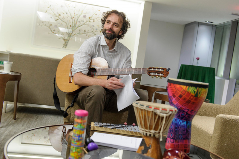 Alessandro Ricciarelli, a music therapist on the Integrative Medicine Service, invited guests to experience the relaxing benefits of music therapy in the lobby of the lower concourse.